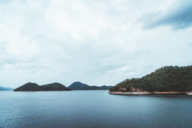 Barrage de srinagarind avec ciel nuageux