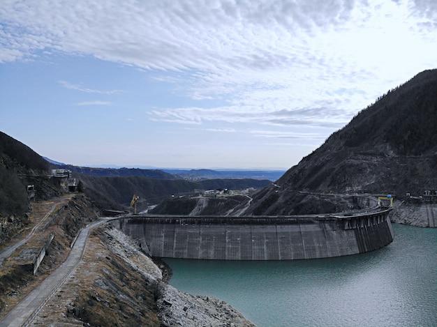 Barrage-voûte hydroélectrique d'enguri