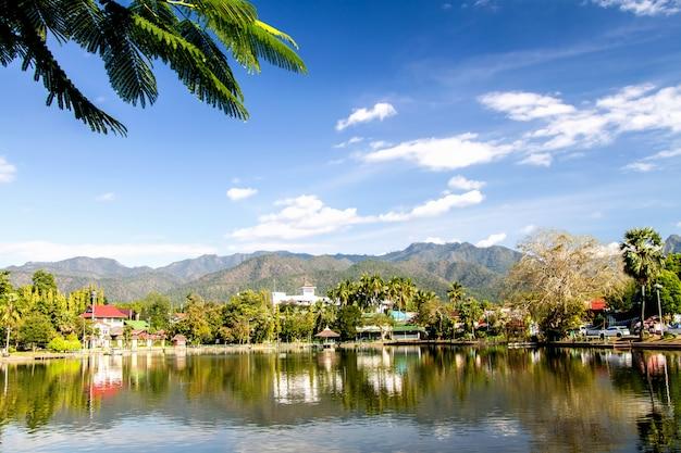 Les barrages des lacs stockent les tropiques aquatiques et la forêt verte