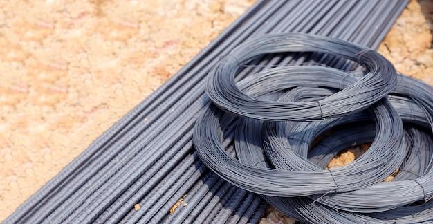Barre d'acier brut et ligne d'acier pour chantier de construction en format bannière