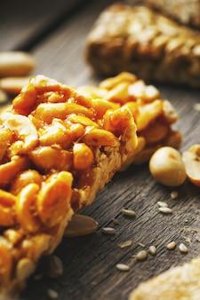 Barre de bonbons aux cacahuètes. gozinaki délicieux bonbons orientaux à partir de graines de tournesol, de sésame et de cacahuètes, recouverts de miel avec un glaçage brillant