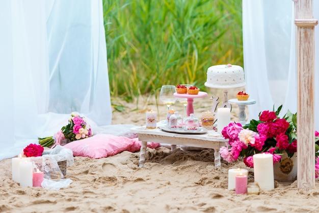 Barre de bonbons de fête avec des gâteaux à la plage