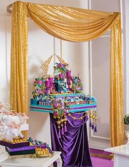 Barre de bonbons violets sous rideau