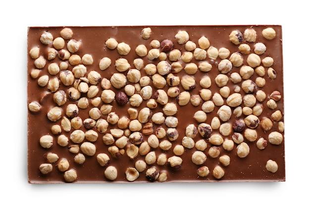 Barre de chocolat au lait aux noisettes isolated on white