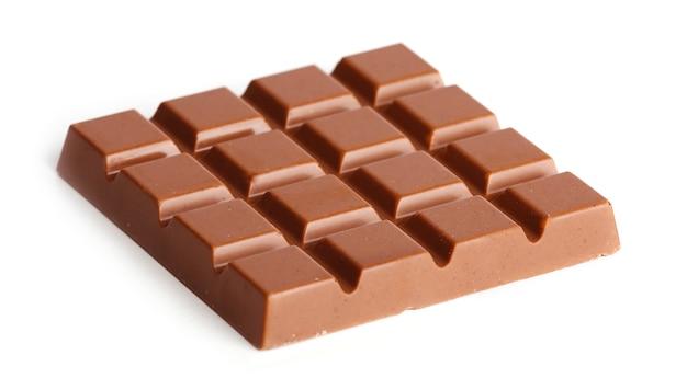 Barre de chocolat au lait isolé sur blanc