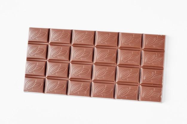 Barre de chocolat au lait isolé sur fond blanc