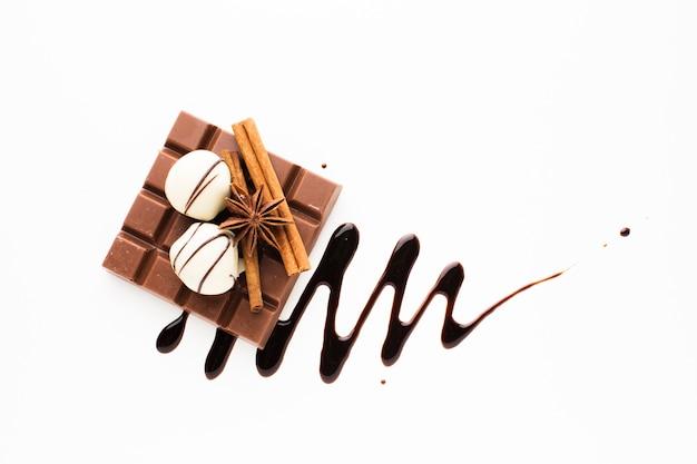 Barre de chocolat avec des bâtons de cannelle