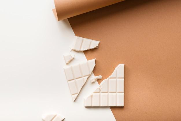 Barre de chocolat blanche cassée sur double fond