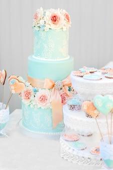 Barre de chocolat bleu et gâteau de mariage