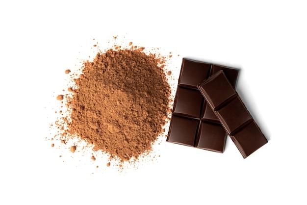 Barre de chocolat et cacao isolé sur fond blanc.
