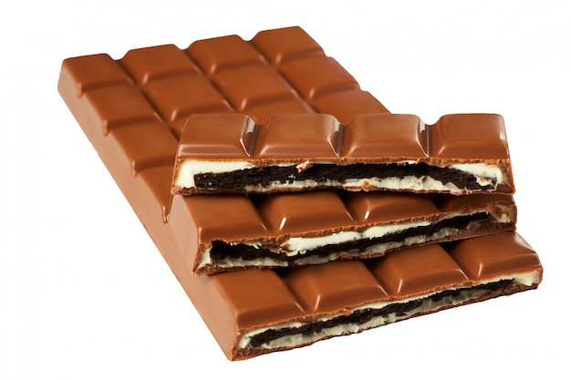 Une barre de chocolat cassé. isolé.