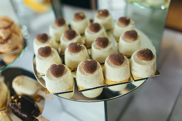 Barre de chocolat. délicieuse réception de vacances sur la table des desserts