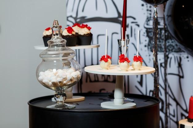 Barre de chocolat sur la fête d'anniversaire de la femme avec des gâteaux