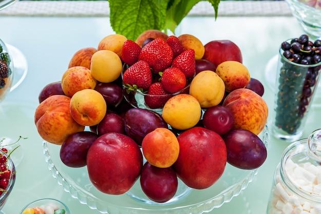 Barre de chocolat de fruits, de baies et de guimauves pour une fête. table de fête avec des collations sucrées et fruitées