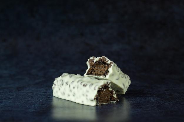 Barre de chocolat en glaçage blanc isolé