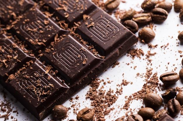 Barre de chocolat et grains de café