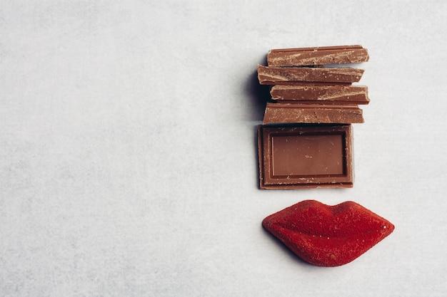 Barre de chocolat lèvres rouges marmelade bonbons dessert vue de dessus
