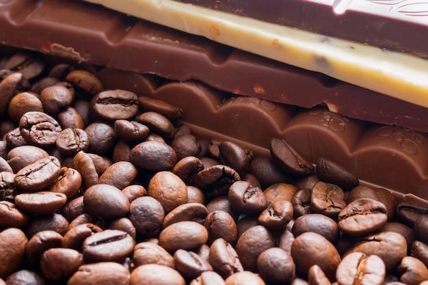 Barre de chocolat sur la mise au point sélective de fèves cfee