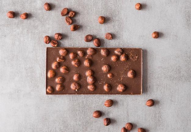 Barre de chocolat vue de dessus avec des arachides