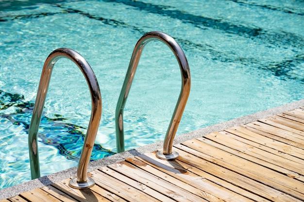 Barre d'échelles dans la piscine