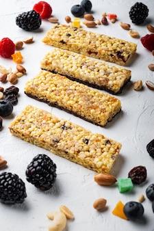 Barre granola aux raisins secs et aux baies, sur blanc