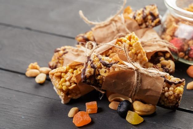 Barre granola sur fond en bois