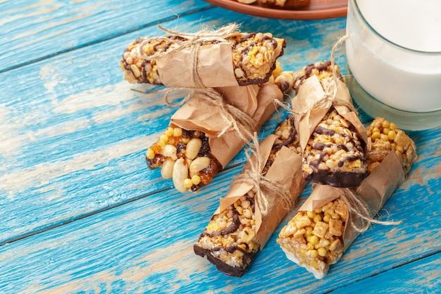 Barre granola sur fond de bois