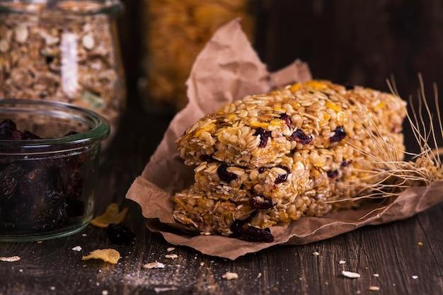 Barre granola avec des ingrédients sur une table en bois