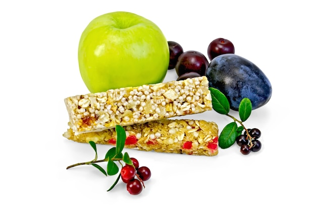 Barre granola, pomme verte, prune, cerise, branches avec feuilles et baies airelles isolées sur fond blanc