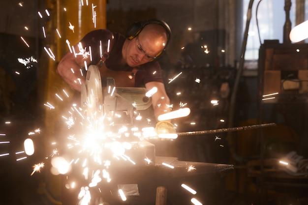 Barre de métal de coupe de forgeron concentré