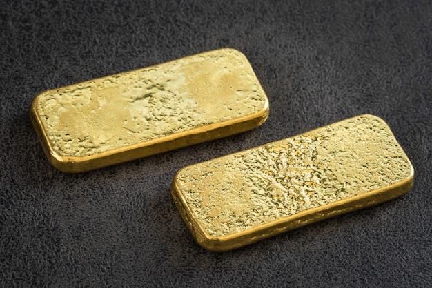 Barre d'or sur cuir noir