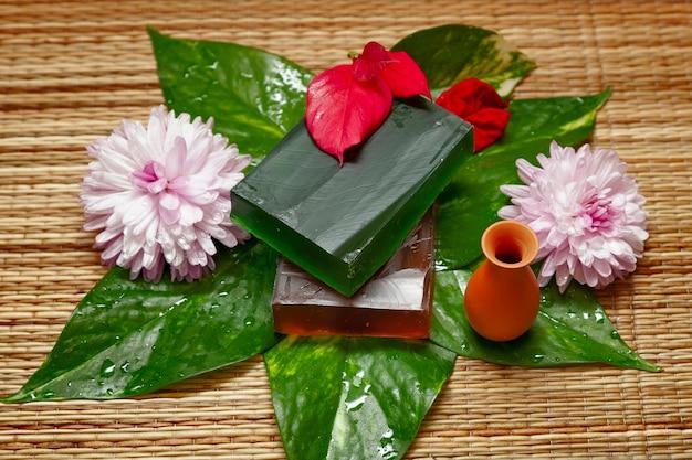 Barre de savon artisanal naturel à partir d'ingrédients naturels indiens avec des fleurs et des accessoires de bain d'aromathérapie