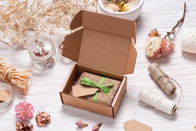 Barre de savon maison enveloppé de tissu de chanvre sur fond de bois