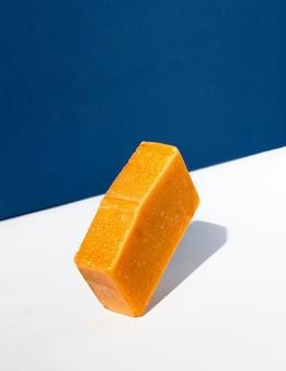 Barre de savon orange. concept créatif de cosmétiques faits à la main à partir de produits naturels.