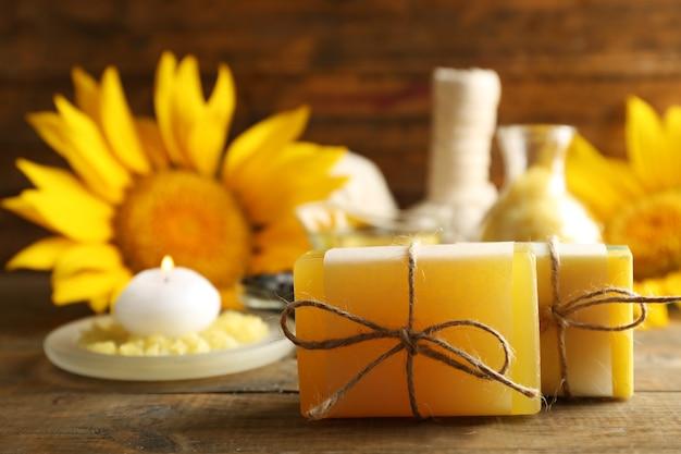 Barre de savon et traitements spa et tournesol sur surface en bois