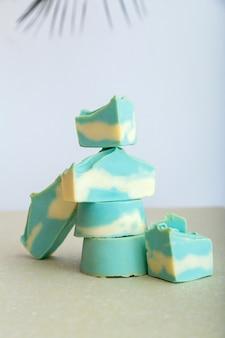 Barre de shampoing solide de nombreuses barres de savon naturelles faites à la main à la menthe bleue en forme de pile de tour. produits cosmétiques de beauté de bain de savon biologique pour le bien-être des soins de la peau du corps des cheveux.