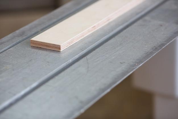 Barres en bois se trouvant dans une rangée closeup background