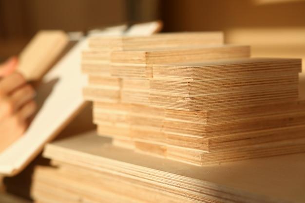 Barres en bois se trouvant dans une rangée libre