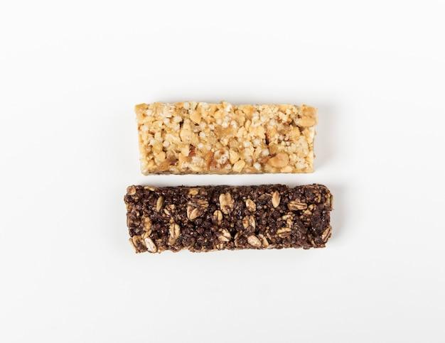 Barres de céréales blanches et brunes. barre granola sucrée saine.