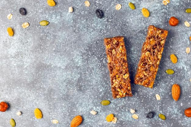 Barres de céréales healthy delicios au chocolat, barres de muesli aux noix et fruits secs, vue du dessus