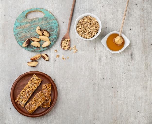 Barres de céréales maison avec noix, muesli, miel et espace copie.