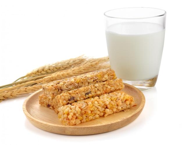Barres de céréales muesli, granola santé petit déjeuner au lait