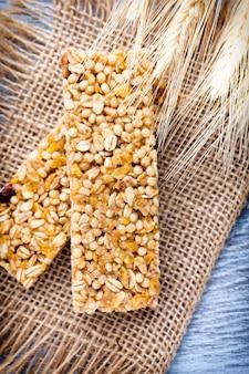 Barres de céréales muesli sur tissu marron