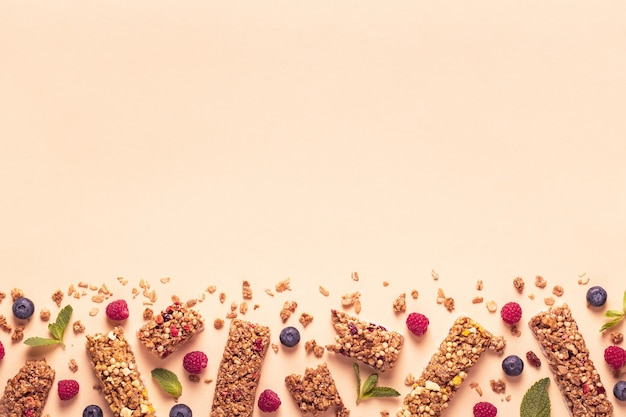 Barres de céréales sur un pastel vif