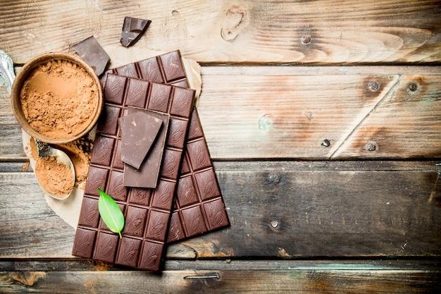 Barres de chocolat au cacao en poudre.