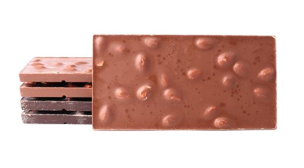 Barres de chocolat aux amandes bouchent isolé