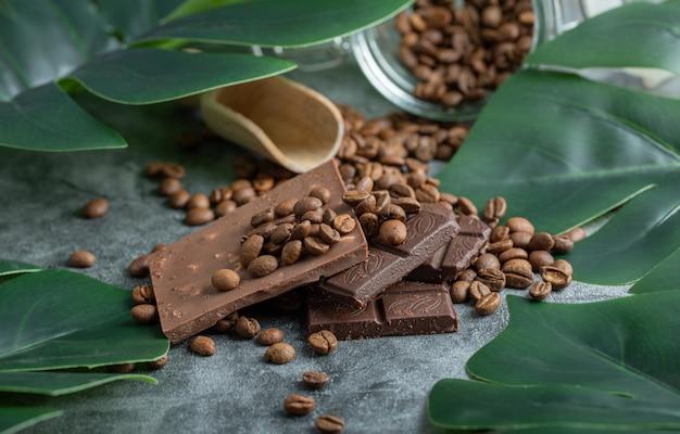 Barres de chocolat aux pépites de chocolat sur fond gris.