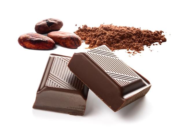 Barres de chocolat fèves de cacao et poudre de cacao sur blanc