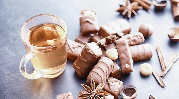 Barres de chocolat sur fond noir en contre-jour. chocolat fourré. bonbons sucrés pour le goûter et le thé.