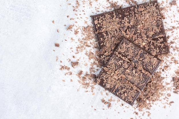 Barres de chocolat noir décorées de poudre de cacao. photo de haute qualité